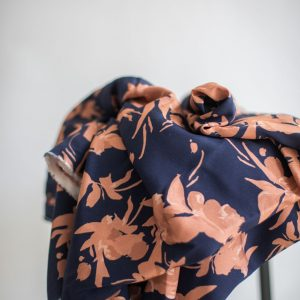 Mind the MAKER : viskose twill : Fall Flower navy/rose